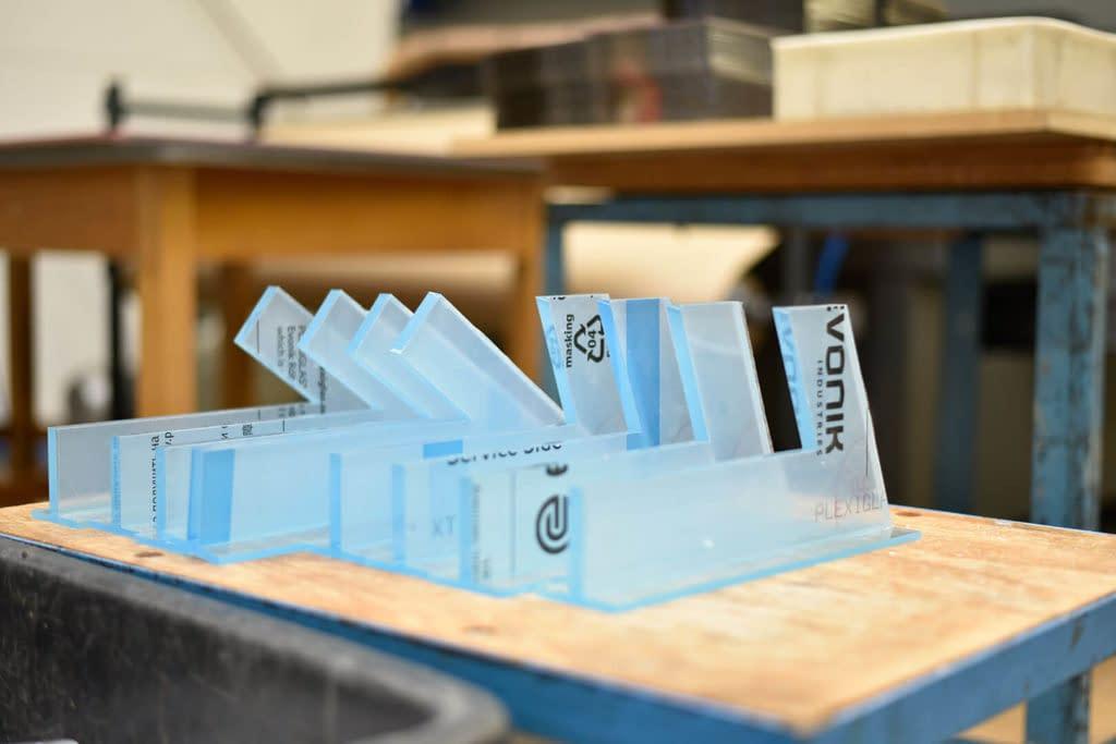 Neben Biegen, Verformen, CNC-Fräsen etc. ist die Laserverarbeitung von Kunststoffen besonders präzise und schnell.