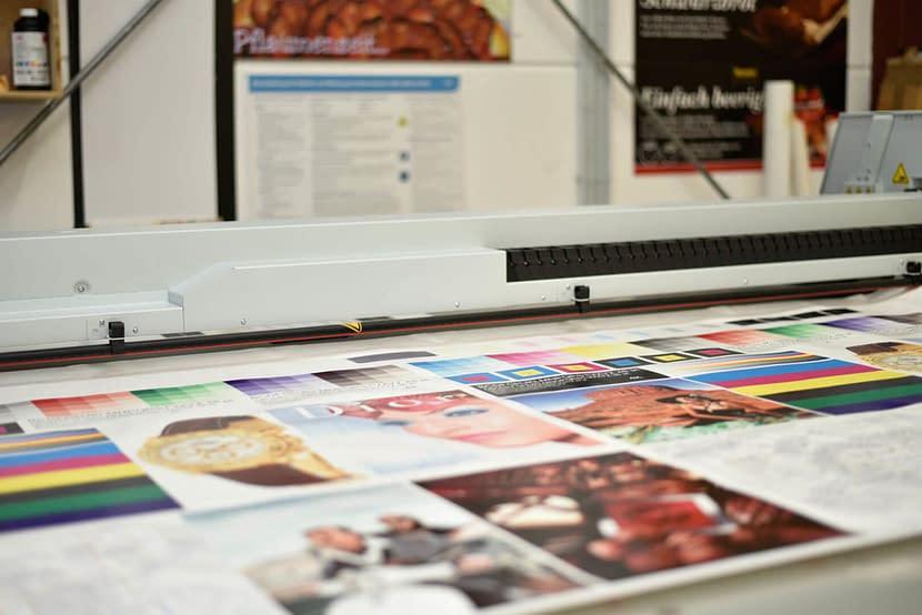 Entstehungsprozess von Digitaldruck auf Kunststoffen, wie PLEXIGLAS®.
