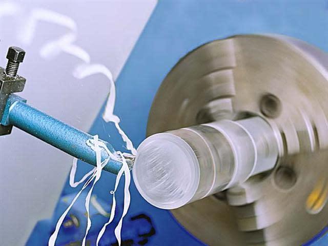 Fräsarbeit an einem Kunststoffteil durch Verarbeitungsmaschine.