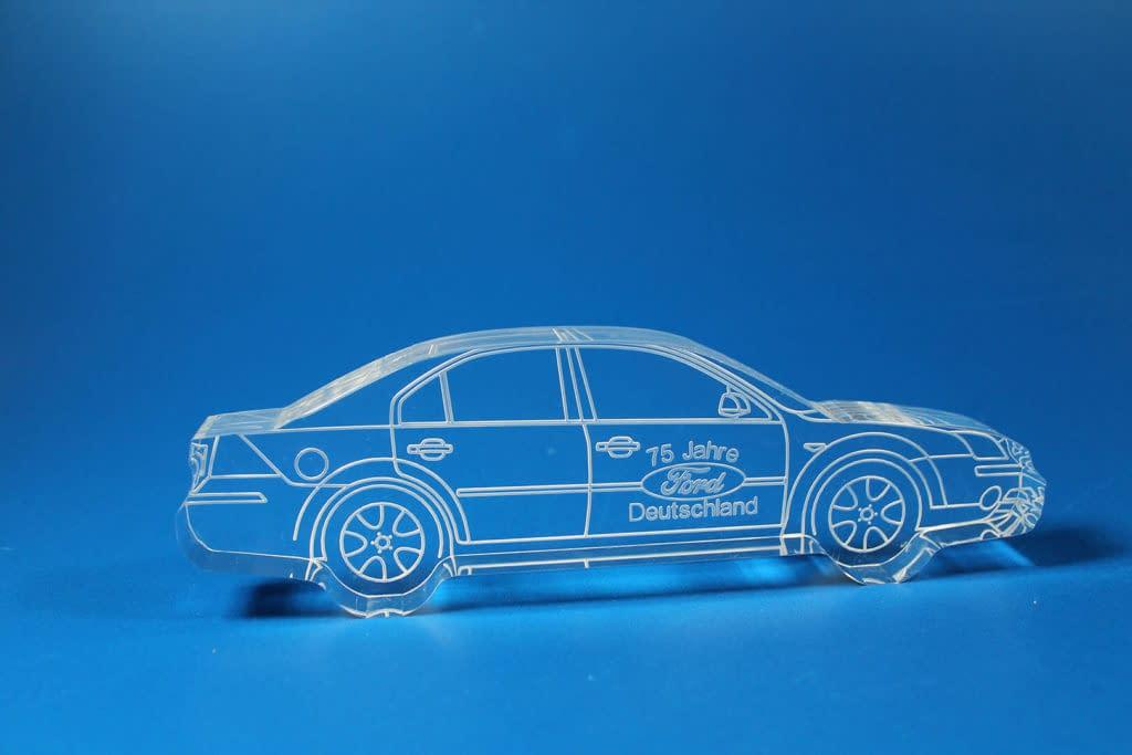 Werbetechnik aus Kunststoff zeigt ein neues Ford-Auto als Modell.