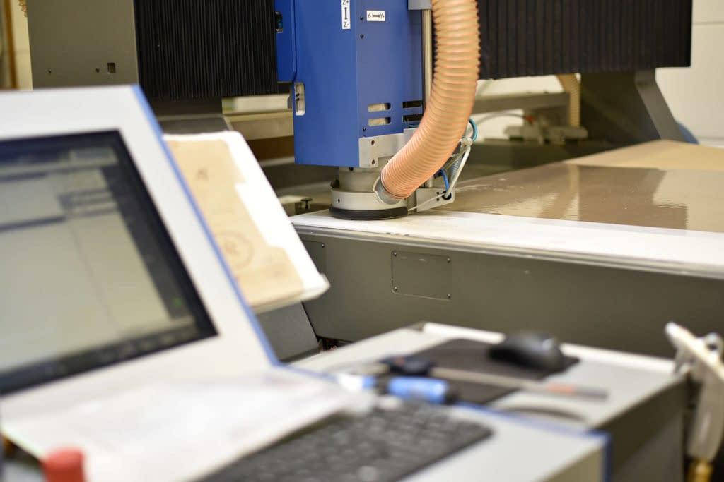 Eine hochmoderne CNC-Fräsmaschine für die Kunststoffverarbeitung.